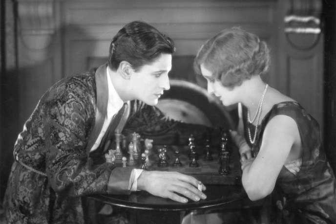 Ivor Novello (à gauche) dans «The Lodger» («Les Cheveux d'or»), le premier grand film hitchcockien (1927).