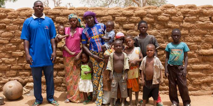 Achirou, ses deux femmes et dix de leurs quatorze enfants, A Serkin Yamma, au Niger.