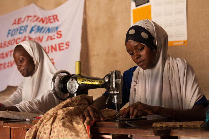 Zoulaha apprend à coudre un pagne dans l'atelier de Safia.