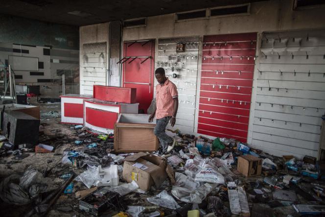 Les pillages se poursuivent à Libreville, le 1er septembre.
