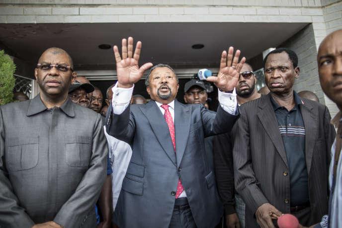 A Libreville, dimanche 28 août 2016, au lendemain de l'élection présidentielle à un tour, l'opposant Jean Ping, candidat contre le président sortant Ali Bongo Ondimba, demande à ses supporters de garder leur calme en attendant les résultats.