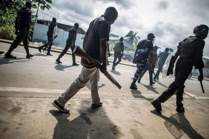 Des forces de l'ordre patrouillent aux abords de l'Assemblée nationale, à Libreville, le 1er septembre.