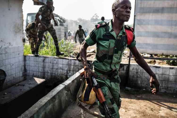 Un soldat gabonais aux alentours de la Commission électorale, le 31 août 2016, jour où la victoire du président sortant, Ali Bongo Ondimba,été annoncée.