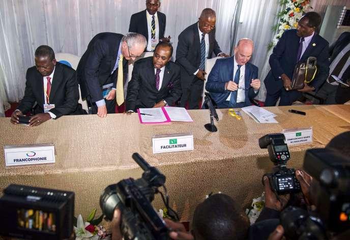 L'ancien Premier ministre togolais et facilitateur désigné par l'Union africains,Edem Kodjo (au centre) à l'ouverturedu« dialogue national» à Kinshasa, le 1er septembre 2016.
