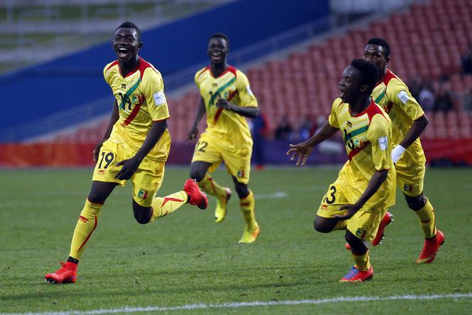 A gauche, le jeune footballeur malien Adama Traoré, sacré meilleur jour de la Coupe du monde 2015 des moins de 20 ans, est fêté par ses coéquipiers lors du match Mali-Uruguay, le 6 juin 2015 à Hamilton (Nouvelle-Zélande).