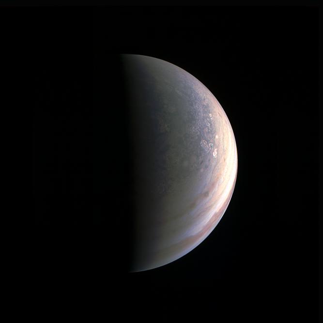 Vue du pôle nord de Jupiter par la sonde Juno, le 27août, deux heures avant son passage au plus près de la planète gazeuse. Les chercheur soulignent le grand nombre de perturabtions et de cyclones, qui ne sont pas ordonnés en bande comme autour de l'équateur.