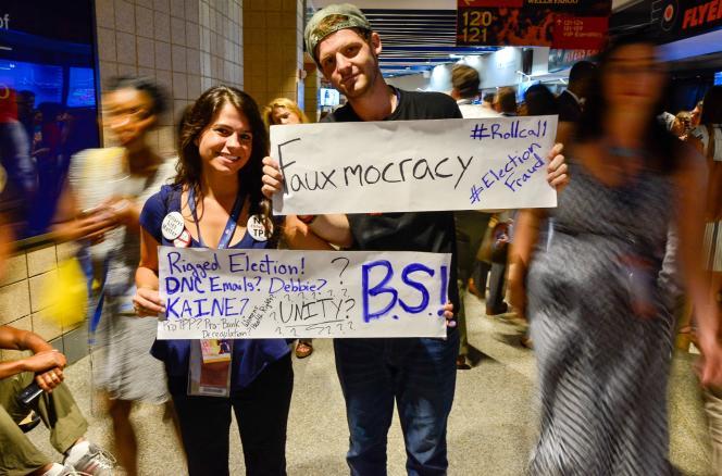 Des partisans de Bernie Sanders manifestent contre le Comité national démocrate dans les couloirs de la convention démocrate, à Philadelphie, le 27 juillet 2016.