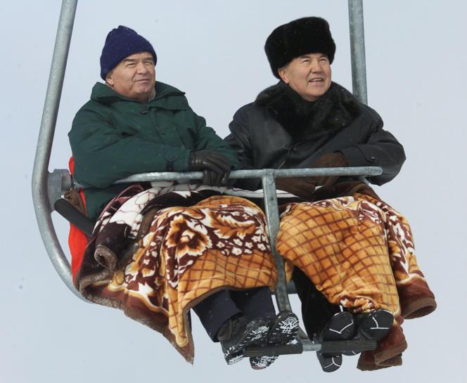 Les présidents ouzbek Islam Karimov (à gauche) et kazakh Noursoultan Nazarbaïev (à droite), lors d'un weekend à la station de ski Chimbulak au Kazakhstan, en janvier 2001.