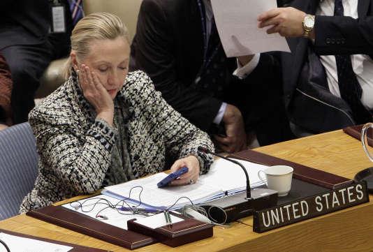 Hillary Clinton, en train de vérifier son téléphone, lors de son passage à la tête de la diplomatie des Etats-Unis. Des notes d'enquête du FBI ont été publiées vendredi 2 août.