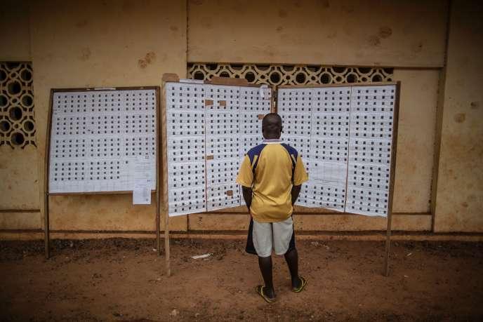 Le registre des votants affiché devant un bureau du quartier Rio de Libreville le 27 août.