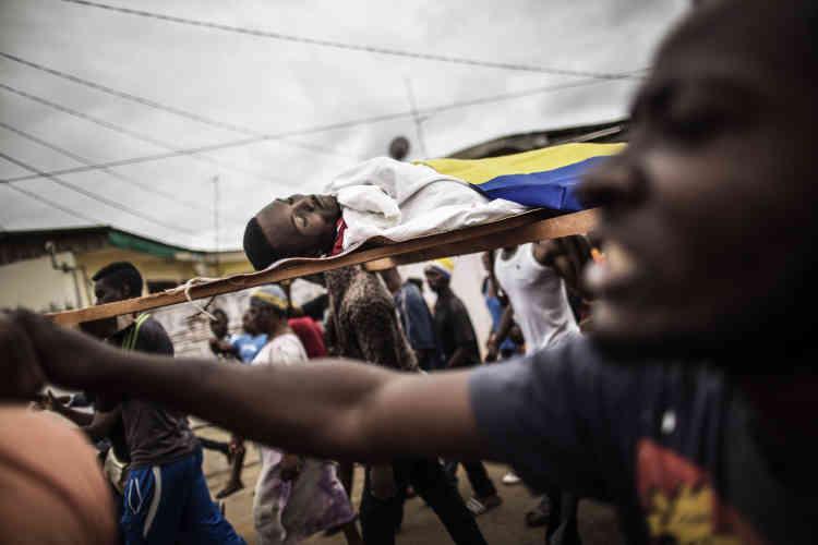 Procession funéraire d'un jeune homme tué lors des violences post-électorales, le 2 septembre 2016, qui ont enflammé Libreville.