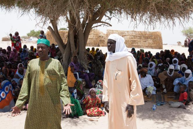 Slama Abakar Badram (à g.), chef du village de Koudouboul, qui a accueilli 800 personnes du village de Boulama Ahmad Ali Boucar, chassées par les exactions de Boko Haram.