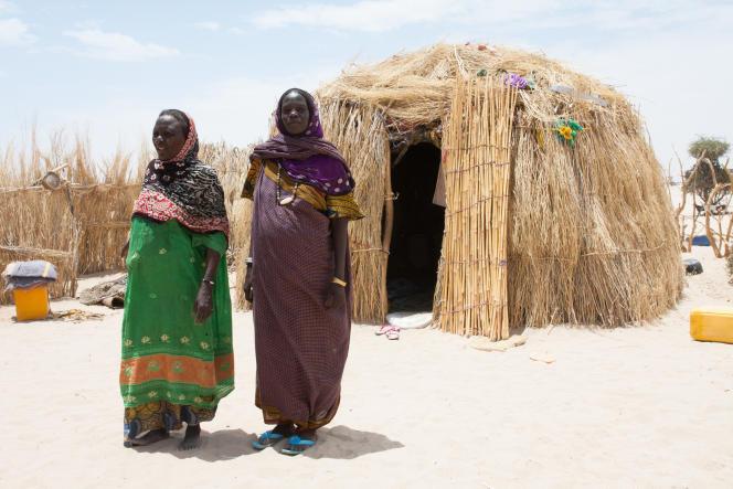 Yango Mamad, enceinte de huit mois, avec sa mère devant leur nouvelle maison. La famille et tout le village ont été accueillis par le chef deKoudouboul, situé à une cinquataine de kilomètres.