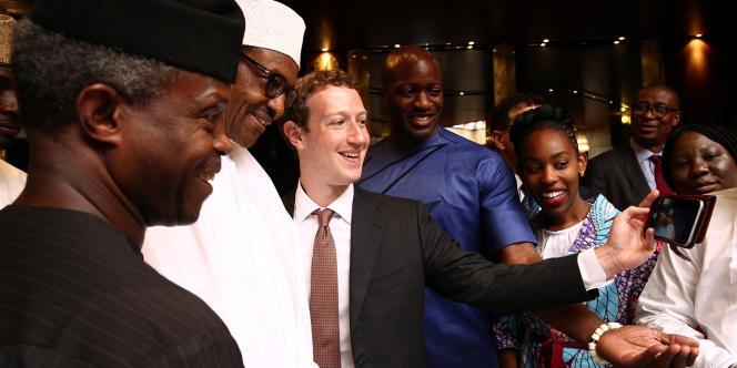 Le président nigérian, Muhammadu Buhari, et le vice-président, Yemi Osinbajo, font un selfie avec Mark Zuckerberg lors de sa visite à Abuja, le 2 septembre 2016.