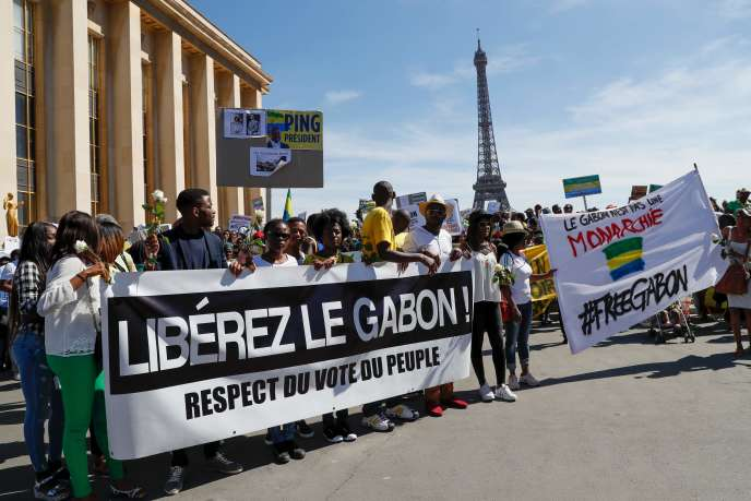 Des manifestants appellent à «libérer le Gabon», sur l'esplanade du Trocadéro, à Paris, le 3 septembre 2016.