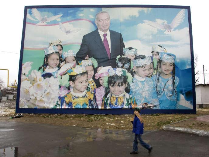 Une affiche électorale célébrant le président ouzbek, Islam Karimov, dans les rues de Tachkent, en décembre 2007