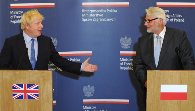 Boris Johnson (à gauche) et Witold Waszczykowski (à droite), le 3 septembre à Varsovie.