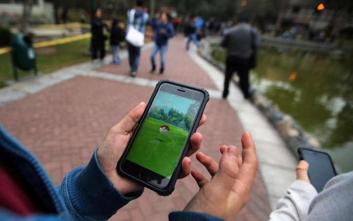 Des joueurs de Pokémon Go au parc El Olivar, à Lima, au Pérou, en septembre 2016.