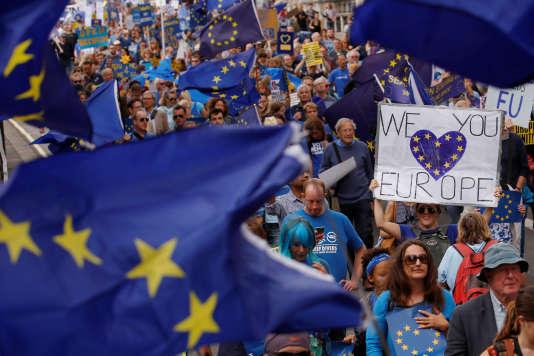 A Londres, le 3 septembre, les manifestants pour le maintien du Royaume-Uni dans l'Union européenne défilent.