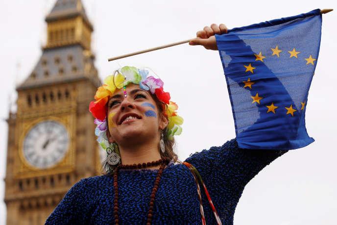 «la communauté d'affaires ne veut rien entendre. Toute la soirée, entre la glace, les truffes au chocolat et les expressos, ses membres ont continué à argumenter pour un délai» (Photo: manifestant pro-européen à Londres, le 3 septembre).