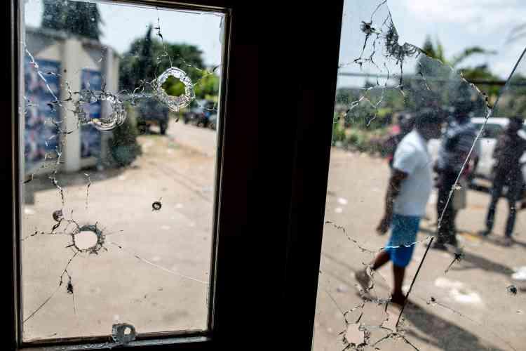 Des impacts de balles à l'entrée du QG de campagne de l'opposant Jean Ping, à Libreville, attaqué le 2 septembre 2016.