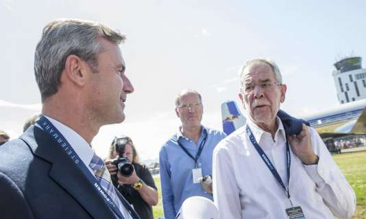 Les candidats à l'élection présidentielle autrichienne,Norbert Hofer (extrême droite) et Alexander Van der Bellen (écologiste) se sont croisés lors d'un show aérien, le3septembre.