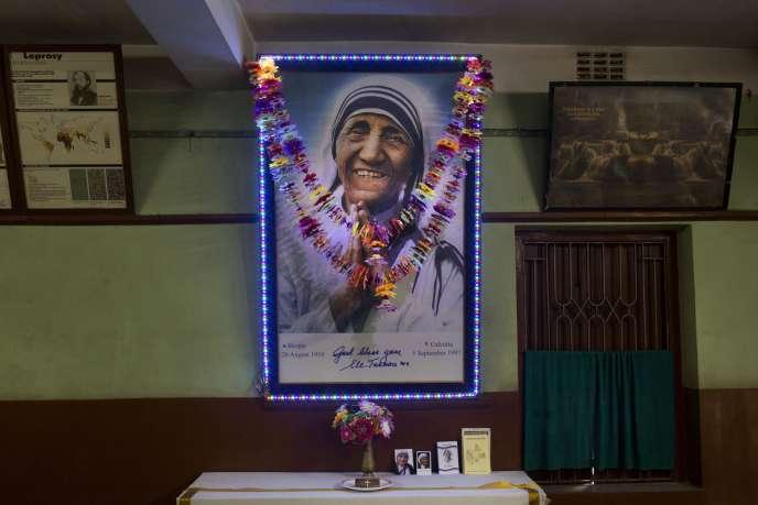 Une photo de Mère Teresa dans la léproserie Gandhiji Prem Nivas des missionnaires de la Charité, à Titagarh, en Inde, le 3 septembre 2016.