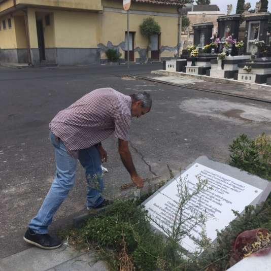 Giuseppe Achille Scuderi arrache quelques herbes folles qui aimeraient reprendre leurs droits sur le lieu.
