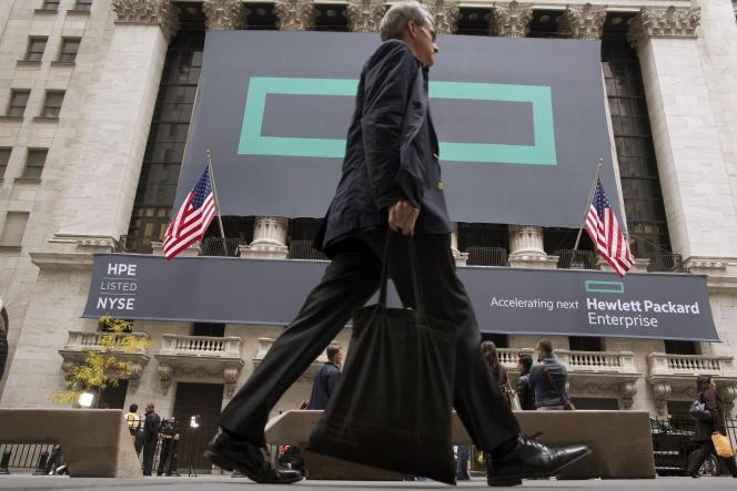 Un panneau de Hewlett Packard Enterprise sur la façade du Nyse (New York Stock Exchange November), à New York, en 2015.