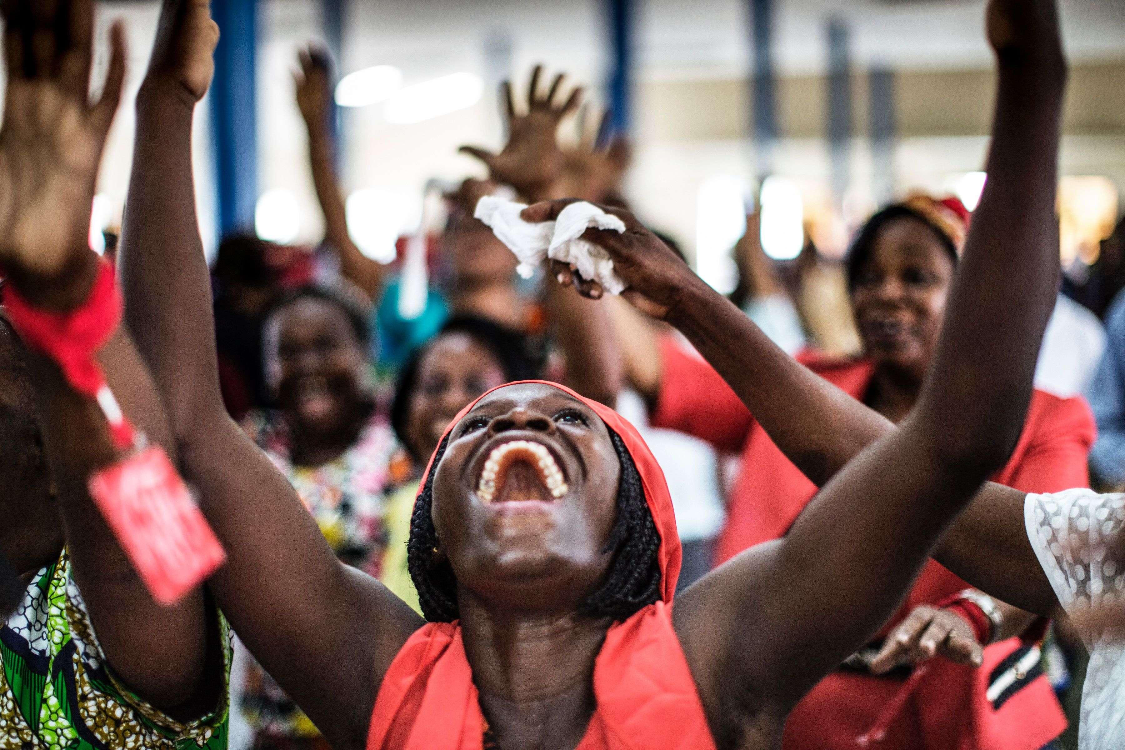 Des fidèles dansent et prient durant le service du dimanche, à Libreville, le lendemain du scrutin présidentiel.