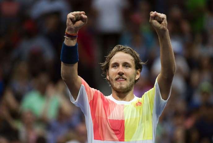 Lucas Pouille lève les bras vers son clan. Il vient d'éliminer Rafael Nadal en huitième de finale de l'US Open(6-1, 2-6, 6-4, 3-6, 7-6 8/6)/ AFP / Don EMMERT