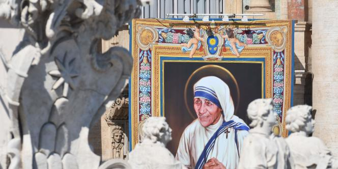Portrait de Mère Teresa ornant la façade de la basilique Saint-Pierre lors de la messe de canonisation célébrée par le pape François à Rome, le 4 septembre.