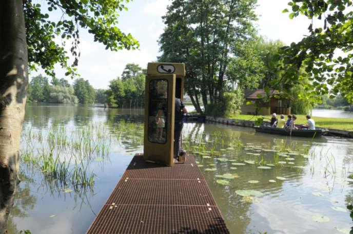L'«Hydrophone», de Julian Arthur, George Richardson et Alex Stenzhorn, est une cabine téléphonique qui permet d'écouter le monde aquatique grâce à un combiné à l'ancienne.