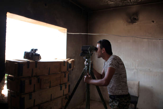 Un soldat syrien surveille les quartiers sud d'Alep, le 4 septembre.