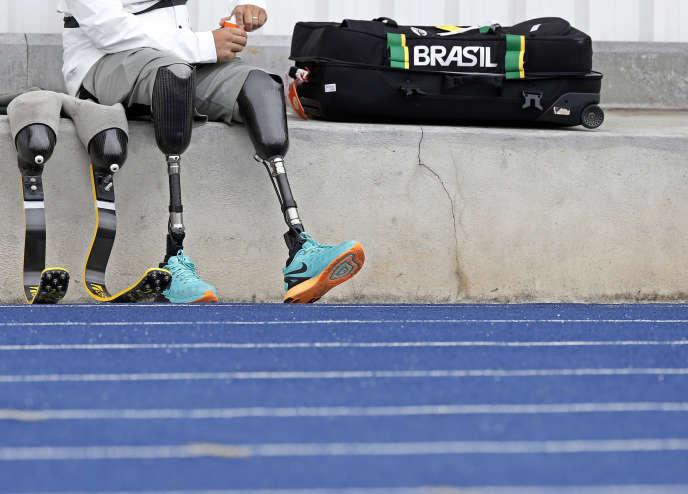 Les prothèses de l'athlète brésilien Alan Fonteles lors d'un entraînement à Sao Paulo, le 22 juillet.