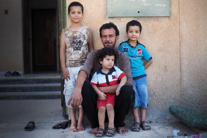 Dans le village d'Abou Hadi, au sud-est de Syrte. Abdelsalam Abdelmagid et ses enfants, le 1er septembre, devant leur maison, dont ils avaient fui au début de l'opération anti-EI.