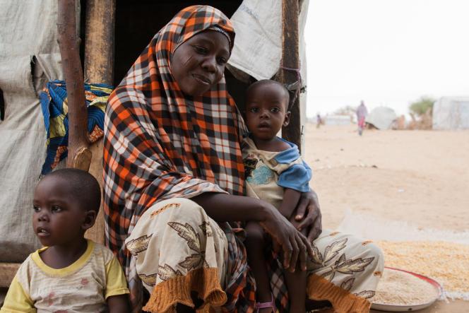 Aïcha et deux de ses sept enfants. Dans ses bras, Idriss Déby, nécinq minutes après l'arrivée au Tchad de la famille qui fuyait Boko Haram. Elle a donné à son fils le prénom du président tchadien en hommage aux infirmiers qui l'ont soignée après son accouchement.