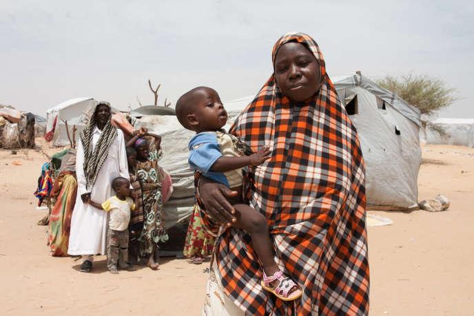 Aïcha, son fils Idriss Déby et, en arrière-plan, son mari Oumar Moussa et deux de leurs sept enfants.