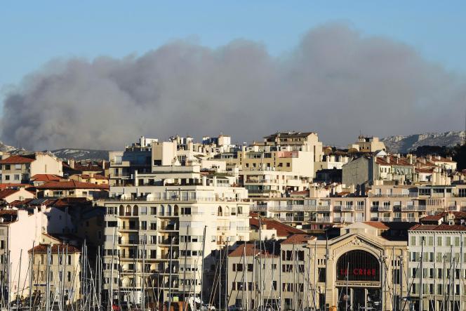 La fumée de l'incendie qui a touché le sud de Marseille lundi 5 septembre se voyait depuis le centre-ville de la cité phocéenne.