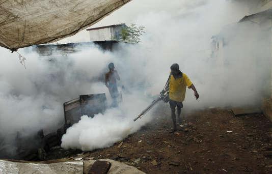 Fumigation pour lutter contre les moustiques, vecteurs du paludisme, à Colombo, capitale du Sri Lanka, en octobre 2011.
