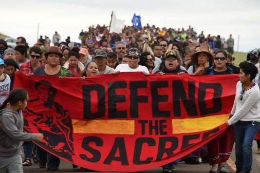Des Amérindiens se rendent sur un site de tombes sacrées, près du camp où des centaines de manifestants se sont rassemblés pour soutenir les habitants de la tribu sioux de Standing Rock. La veille, des bulldozers ont commencé à retourner la terre sur le site, déclenchant des affrontements entre les manifestants et des agents de sécurité. Près de Cannon Ball, Dakota du Nord, le 4 septembre.