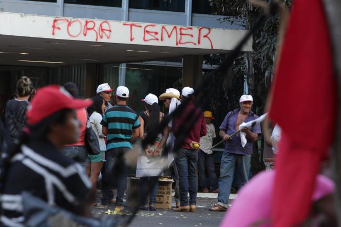 Des manifestants réunis contre le président Michel Temer, à Brasilia, le 5 septembre.