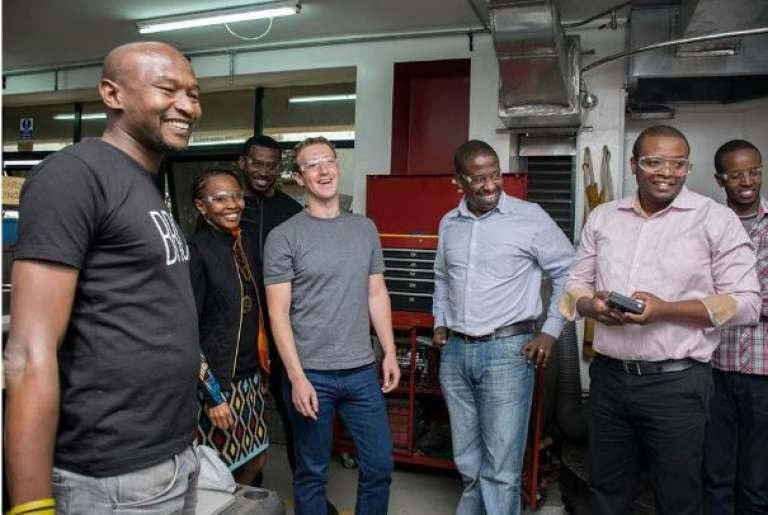 Mark Zuckerberg visite l'iHub de Nairobi, au Kenya, le 1er septembre 2016.