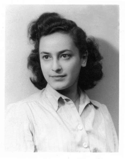 Hélène Berr commence son journal, à l'âge de 21ans,le 7 avril 1942 à Paris. Arrêtée avec ses parents en mars 1944, elle mourra à Bergen-Belsen, en avril 1945, peu avant la libération du camp.