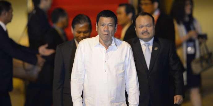 Le président des Philippines, Rodrigo Duterte, arrive à l'aéroport international de Vientiane (Laos), le 5 septembre, pour participer au 28e sommet de l'Association des nations de l'Asie du Sud-Est, qui se tient du 6 au 8 septembre.