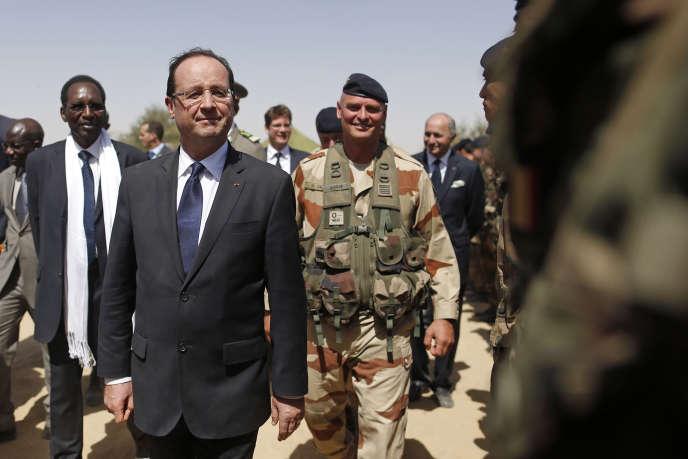 Le président français François Hollande avec le président malien par intérim Dioncounda Traore à Tombouctou, le 2 février 2013.
