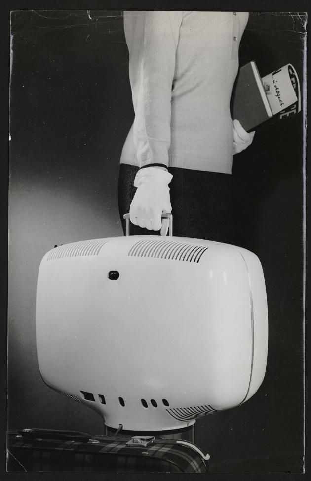 Roger Tallon est le créateur d'un téléviseur portatif révolutionnaire, le P111 de Téléavia, en 1963.