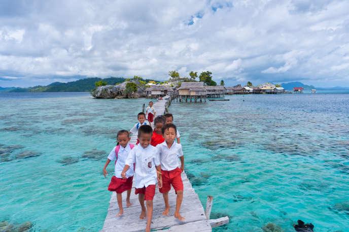 Enfants revenant de l'école dans l'île indonésienne de Sulawesi, en mai 2012.