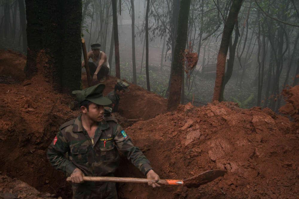 Des soldats de la TNLA creusent des tranchés autour du camp militaire de Naw Krii qui est profondément enfuit dans les montagnes.