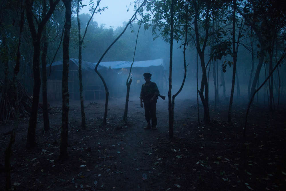 Un soldat au crépuscule dans le camp militaire de Naw Krii. Durant la mousson le brouillard persiste pendant plusieurs jours limitant la visibilité à quelques mètres seulement.